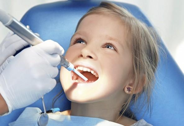 Votre-enfant-chez-le-dentiste
